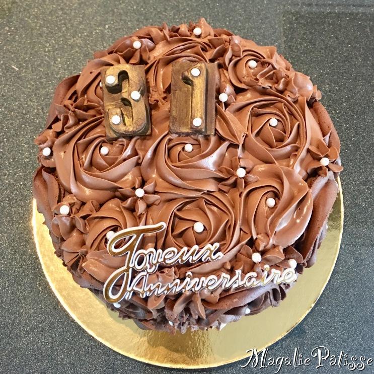 Fluffy Cake chocolat, mousse de pralinée et ganache montée chocolat noir en recouvrement (roses)