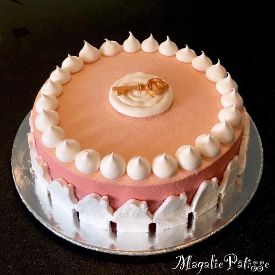 Entremets mousse bavaroise vanille, mousse framboise, gelée de framboises, fluffy cake vanille fourré aux framboises entières, clé en chocolat, meringues françaises et guimauves en déco