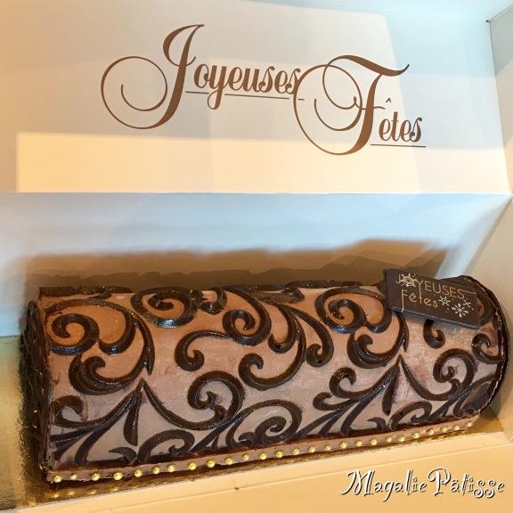 Bûche mousse chocolat noir, gelée de framoise, mousse framboise sur croustillant chocolat noir