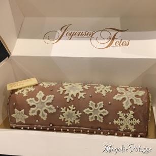 Bûche bavaroise vanille et mousse au chocolat sur croustillant chocolat noir