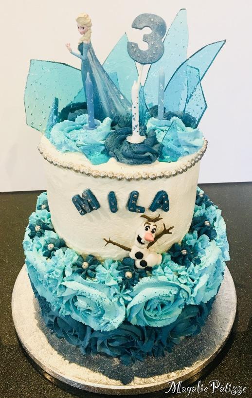 Molly cake vanille, fourée de chantilly mascarpone au nutella, recouvert de chantilly mascarpone vanille, cristaux en caramel, déco en chocolat et pâte à sucre (olaf)