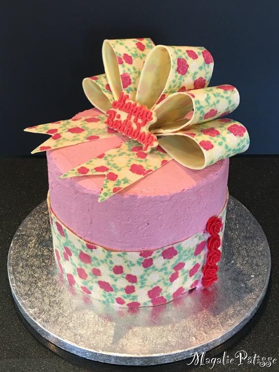 layer cake: génoise vanille, curd framboise, chantilly mascarpone à la framboise en recouvrement et déco en chocolat blanc