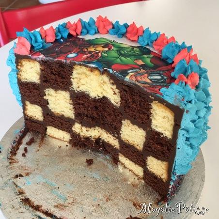 Gâteau damier: molly cake vanille et nutella, ganache chocolat noir, chantilly mascarpone et bille en sucre en recouvrement, feuille en sucre en déco